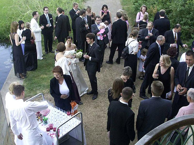 Beispiel: Zufriedene Hochzeitsgesellschaft, Foto: Das exklusive Buffet.