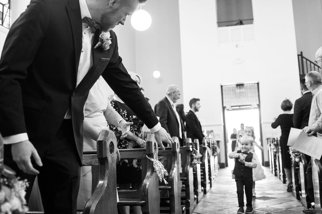 A entrada da noiva e o momento especial em que o noivo direciona pequeno menino by Zi Fernandes  // Dublin Irlanda.