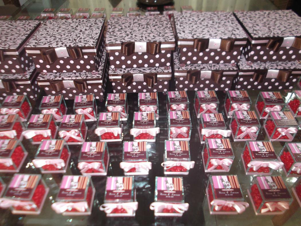 Caixas para padrinhos e caixinhas para convidados com mini balinhas de coração.