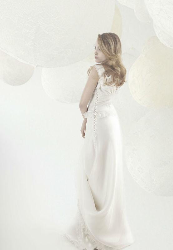 Beaumenay Joannet Paris - Robe de mariée fluide avec large ceinture brodée