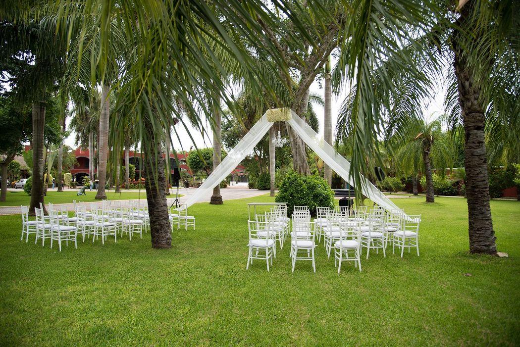 Ceremonia Civil #mobiliarioparaeventos, #bodasenlaplaya #beachweddings #centrosdemesa #centerpieces #bodasencancun #partyboutiquecancun #udwfinefurniturerental #prettyflowerscancun