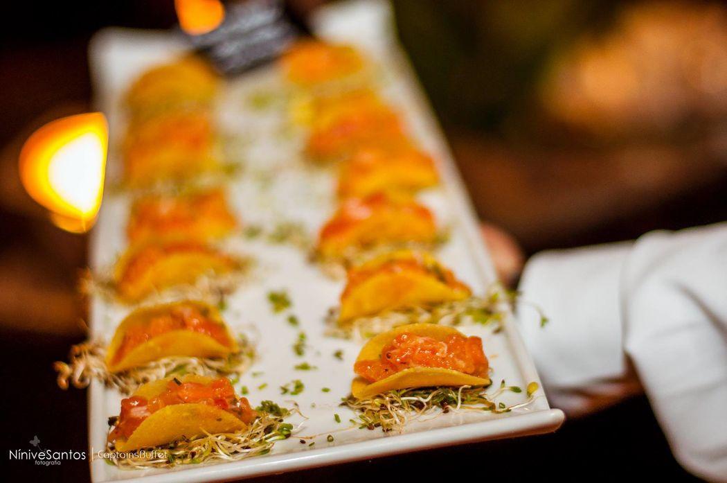Mini taco de salmão tartar com guacamole - Coquetel Volante