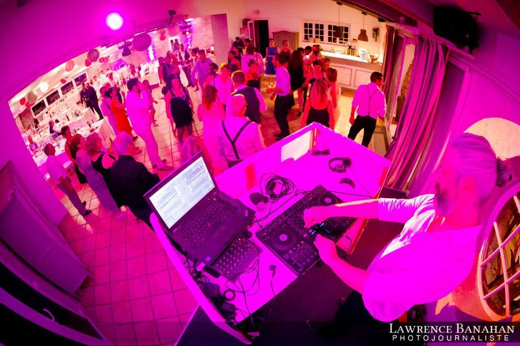 Scène DJ et piste de danse