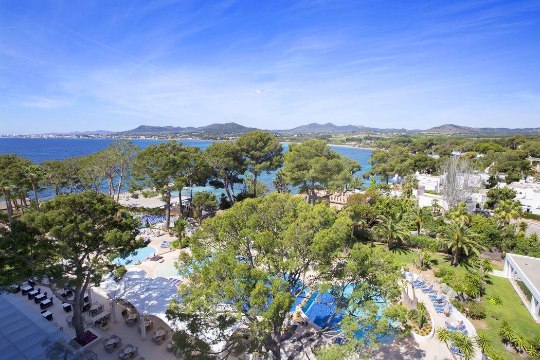 Vista aérea de la zona de piscina y jardines