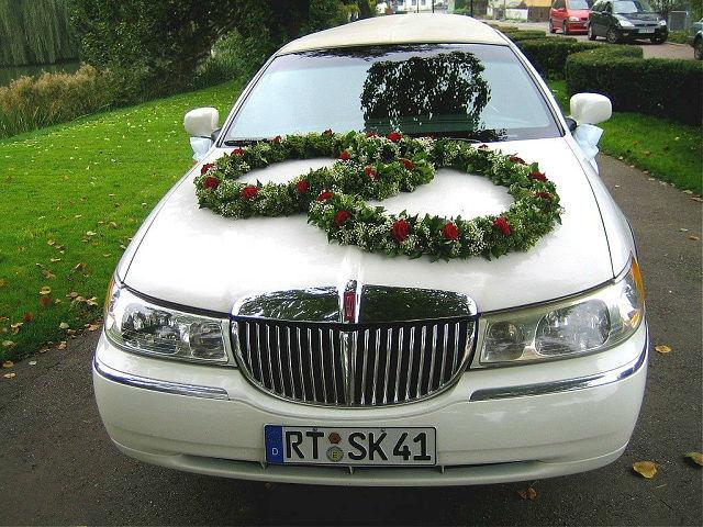 Beispiel: Limousine mit Blumenschmuck, Foto: Stretchlimo Kristen.