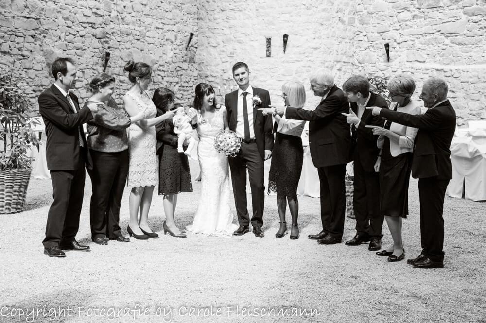 Beispiel:Witziges Gruppenbild nach der Trauung,Foto:Carole Fleischmann Fotografie