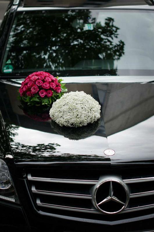 Beispiel: Blumenschmuck für das Hochzeitsauto, Foto: Blumen Sonn.