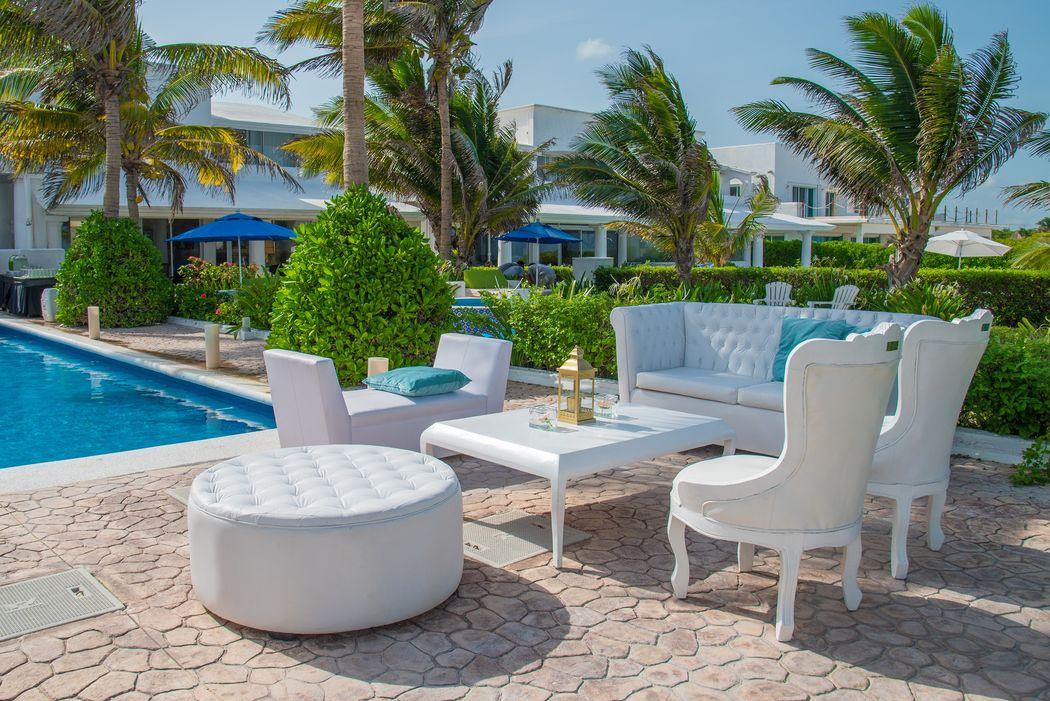 Mobiliario para eventos, bodas en la playa #mobiliarioparaeventos, #bodasenlaplaya #beachweddings #centrosdemesa #centerpieces #bodasencancun #partyboutiquecancun #udwfinefurniturerental #prettyflowerscancun