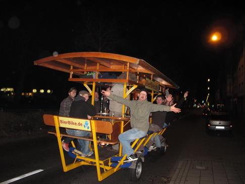 Beispiel: Feiern auf dem Gruppenfahrrad, Foto: BierBike Aachen.