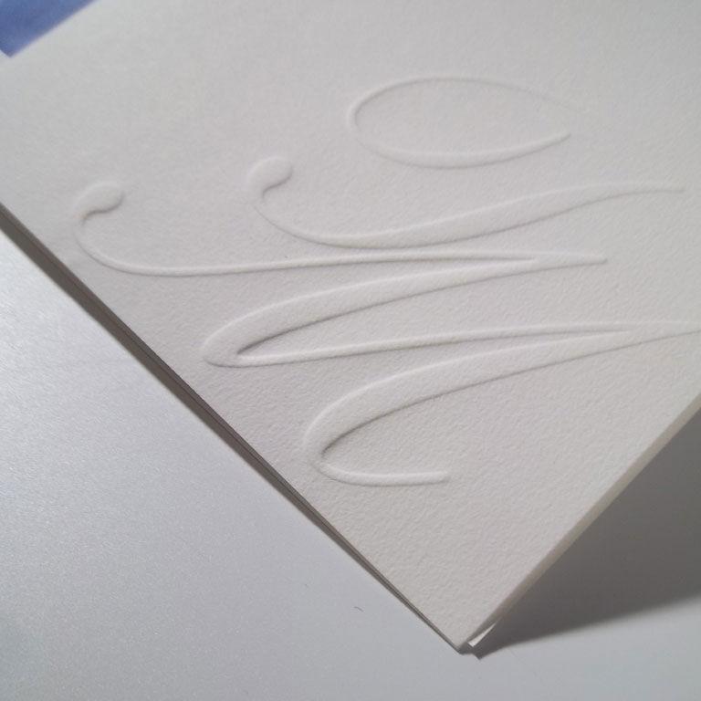 Invitación clásica con iniciales en relieve
