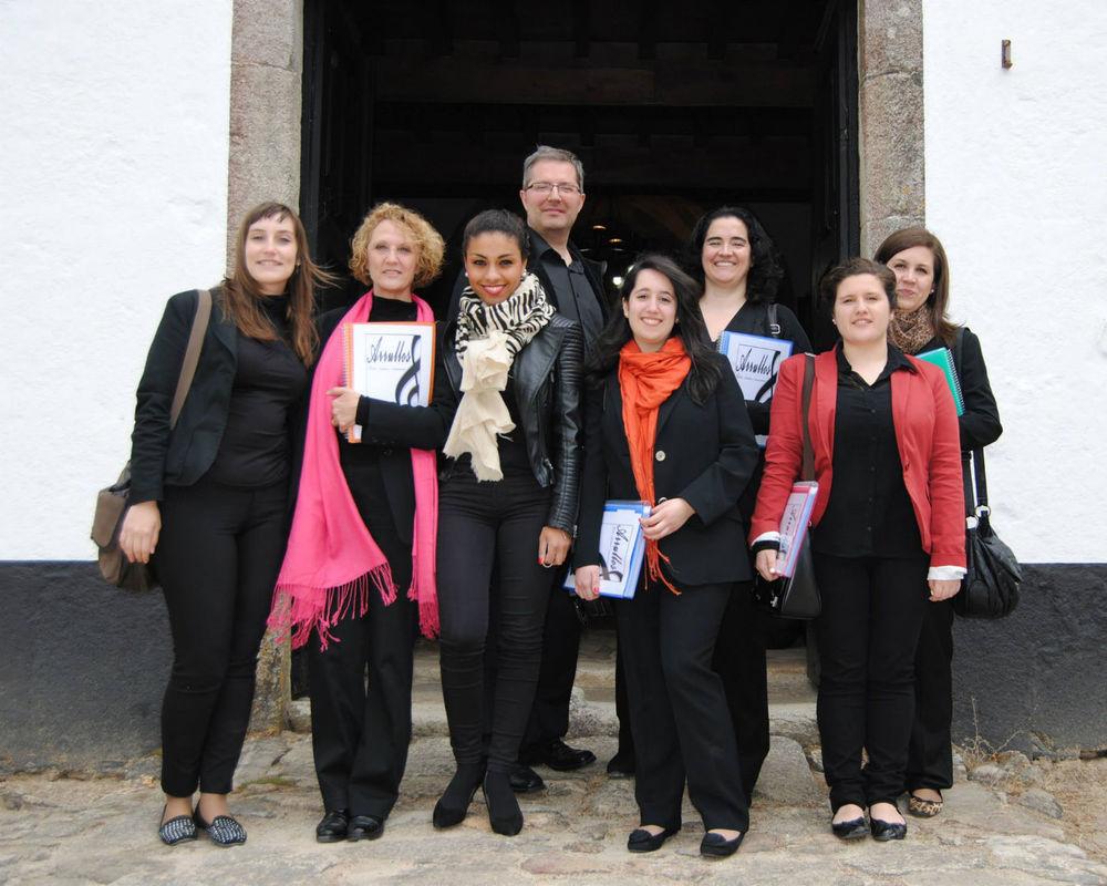 Saliendo de una ceremonia en Santa Cruz de Rivadulla.