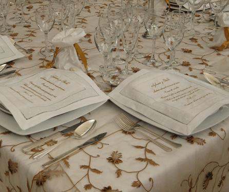 Decoración de mesas de boda con mantelería fina. Foto: Braiolés