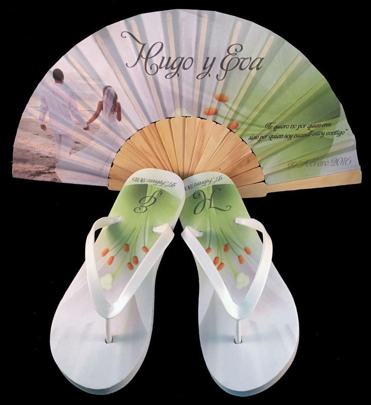 Paquete personalizado de abanico de madera y sandalias modelo Lirios.