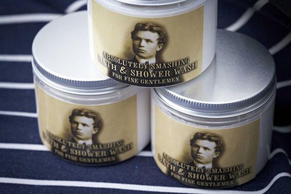 Crema de ducha de la linea masculina empaquetado vintage con imagen de actor británico antiguo de la época Eduardina. Complementa perfectamente con  los detalles vintage femeninos. Ideales para bodas de hombres.