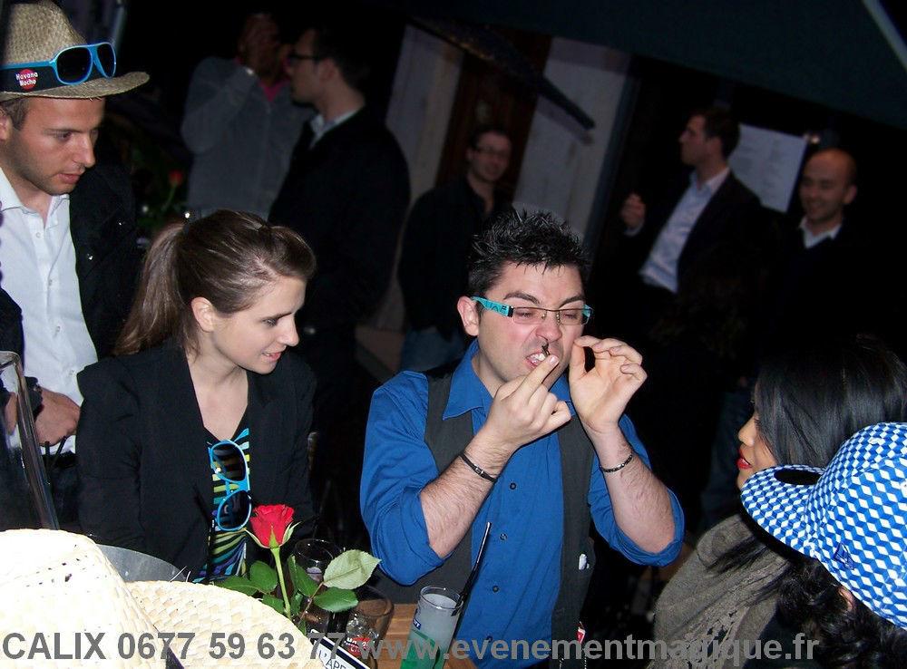 magicien à Lyon de close-up pendant le cocktail