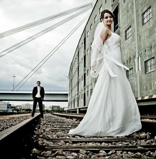 Beispiel: Brautkleid, Foto: Celebrating Moments.