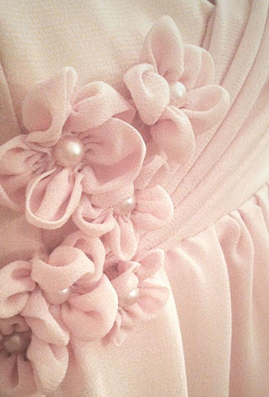 Fiori creati a mano in seta con applicazioni di perle.