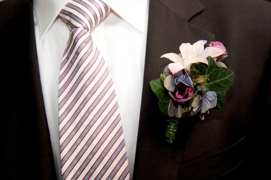 Beispiel: Anstecker für den Bräutigam, Foto: Blumenmanufaktur.