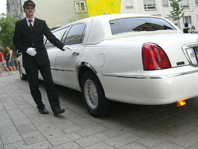 Beispiel: Limousine mit Chauffeur, Foto: Stretchlimo Kristen.