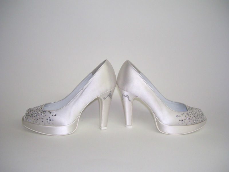 Scarpa da sposa personalizzata con iniziali degli Sposi realizzate con Cristalli Swarovski Hotfix.