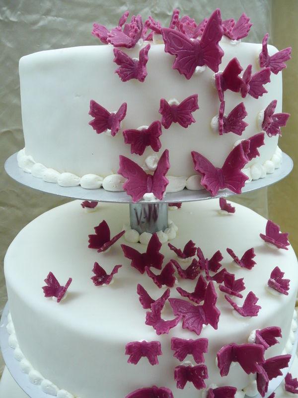 Beispiel: Hochzeitstorte mit Schmetterlingen, Foto: Cafe Kiess.