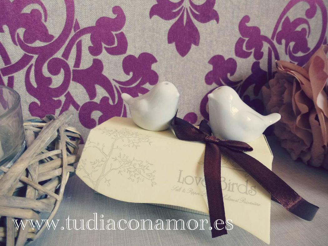 Detalle de boda vintage romántico salero y pimentero pajaritos
