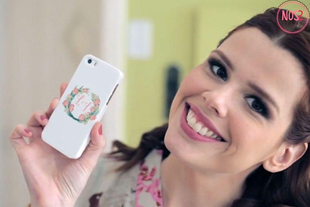 Larissa e Luiz Gustavo - A querida Larissa mostrando sua capa de celular com o monograma do casal