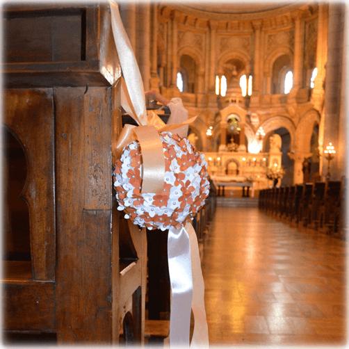 Decoración para las bancas de la iglesia con pelotas florales colgantes