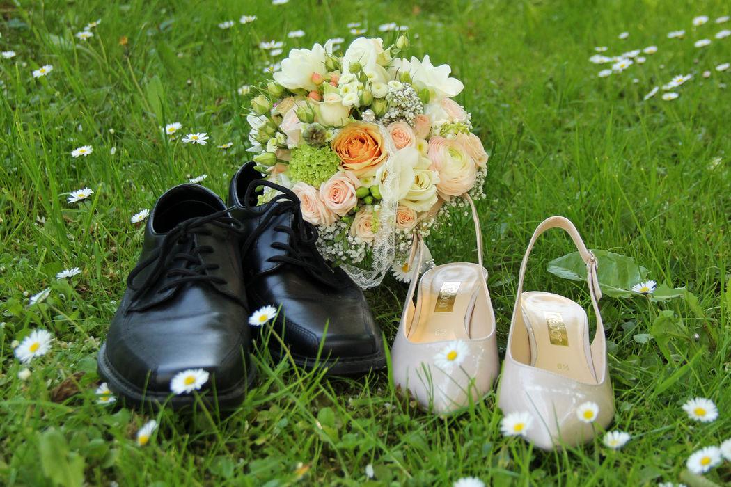 Ein apricotfarbener Frühlingsbrautstrauß...passend zum apricotfarbenen Brautkleid...ein wunderschöner Auftakt...
