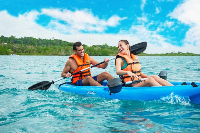 En la Laguna de Bacalar, podreis disfrutar de actividades nauticas en un entorno natural incomparable