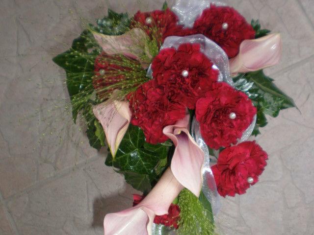 Beispiel: Blumengesteck mit roten Rosen und Perlen, Foto: Blumenstudio Marzahn.