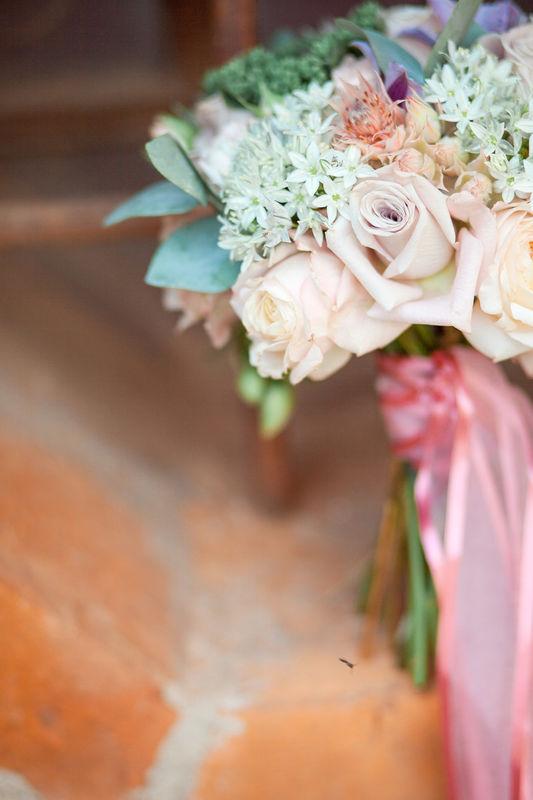 семейный ужин, свадебный декор, лампочки, букет невесты