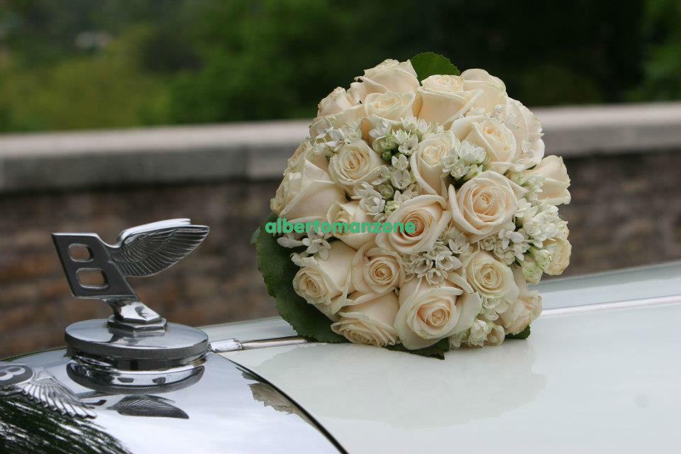 bouquet tondo romantico con rose avorio e fiori d'arancio