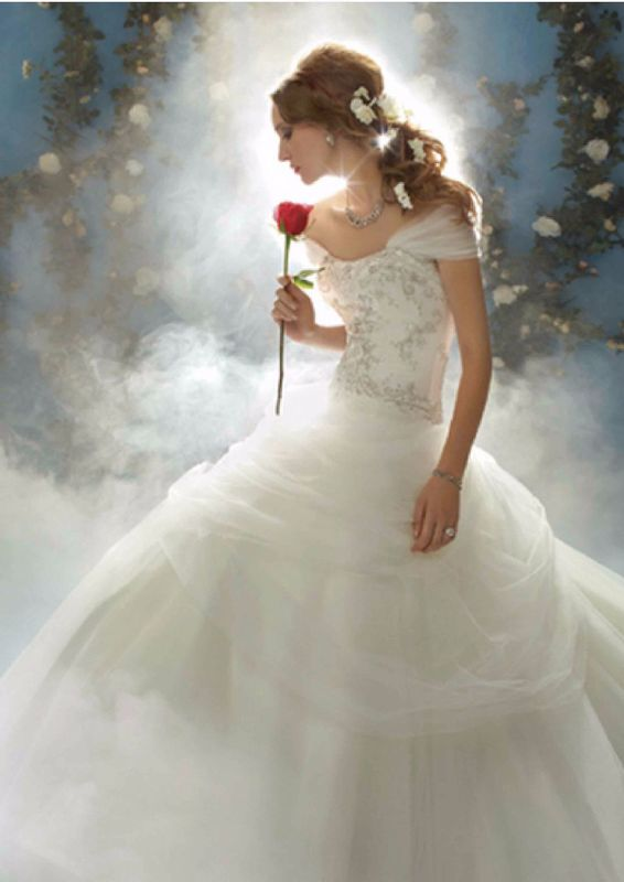 """Princesa: Belle (La Bella y la bestia) Estilo: Disney 206  """"Este vestido de novia Disney rinde un tributo al espiritu calido y amable de Belle. Un encogimiento de hombros desmontable y recogida falda añaden grandeza a este elegante vestido"""""""