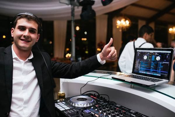 Nuestro Deejay estrella, haciendo vivir a los asistentes del evento, un rumba que nunca van a olvidar.