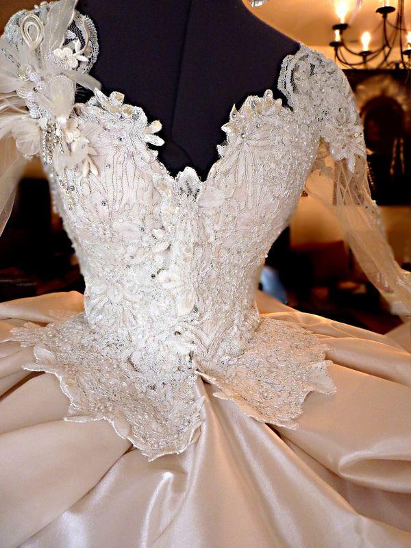 CATHEDRALE Robe de mariage avec multiples jupon et très grande traîne en satin duchesse... Travail d'application de dentelle, cristaux et sequins à la main... Création Léa Madeleine Couture