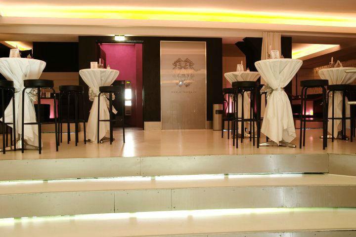 Beispiel: Stehtische mit Hussen, Foto: A-Lounge Berlin.