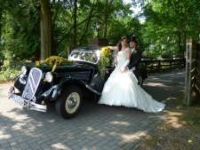 Beispiel: Hochzeitspaar mit Auto, Foto: AKZENT Hotel Saltenhof.