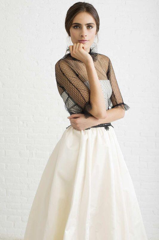 ANTONIA BLACK. Vestido de novia palabra de honor con corte en la cintura y falda con volumen formando una gran cola. Todo realizado en tafetán. Cuerpito en tul con manga en color negro.