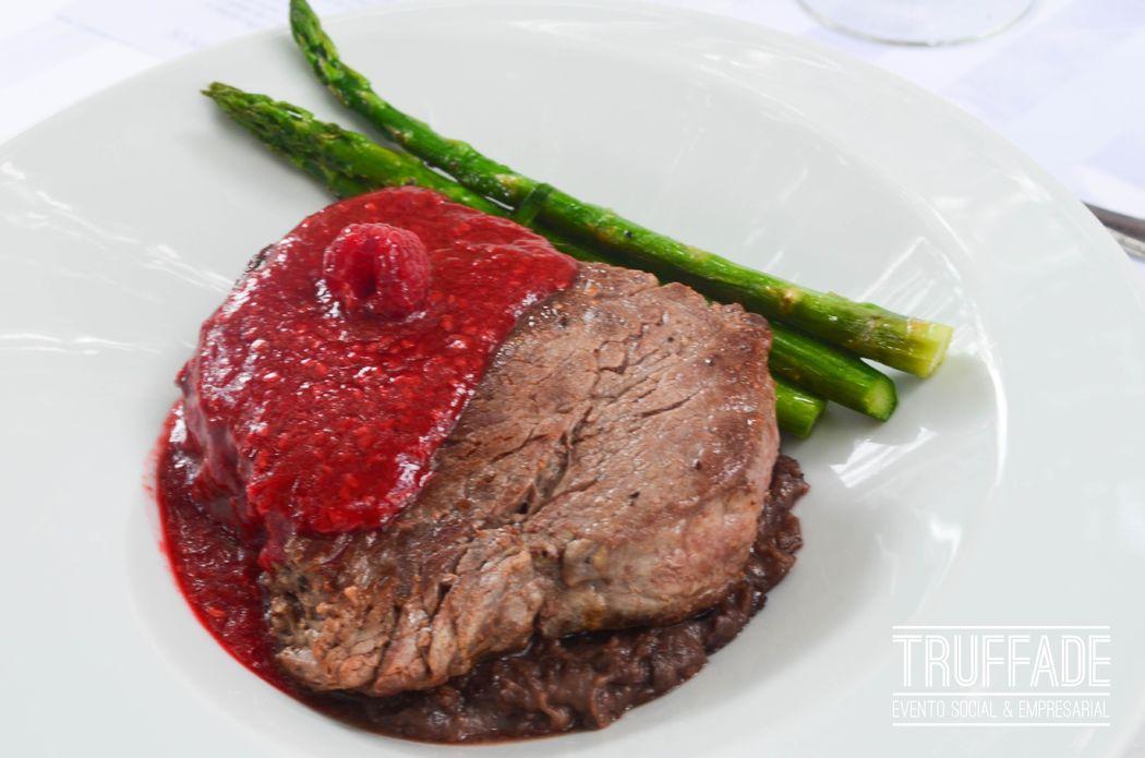Filete con salsa de frambueza, en lienzo de frijol negro