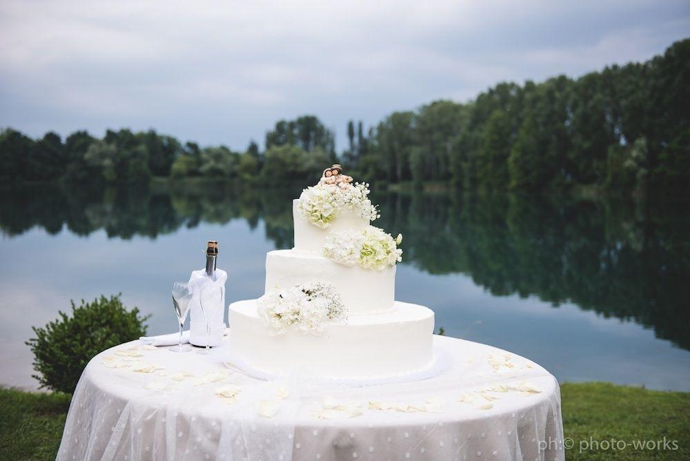 Taglio torta in riva al lago
