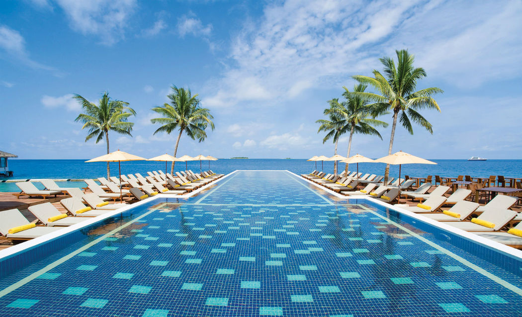 Infinity-Pool des Centara Grand Island Resort & Spa Maldives, Foto: Centara Hotels and Resorts.