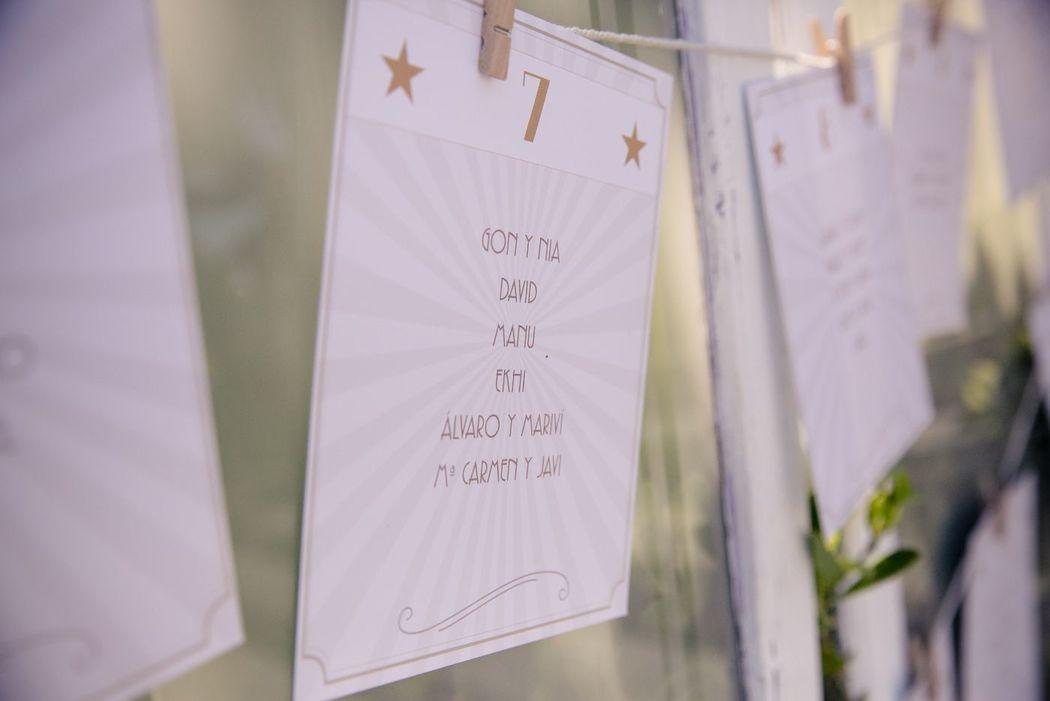 We Are. - Wedding planner. Diseño y montaje sobre ventanal antiguo de seating plan. Diseño y Organización de boda.