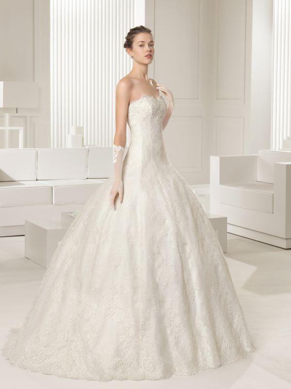 Кружевное корсетное платье c расшитым пайетками болеро создают завершенный свадебный образ.