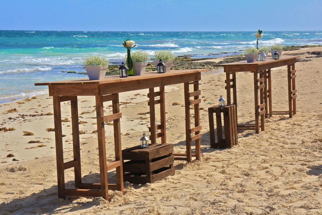 Set de coctel de bienvenida en la orilla del mar