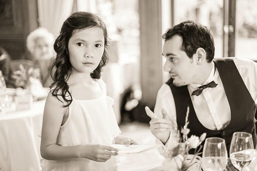 Beispiel: Gäste an der Hochzeitsfeier am Abend, Foto: Sandra Stamm Fotografie.