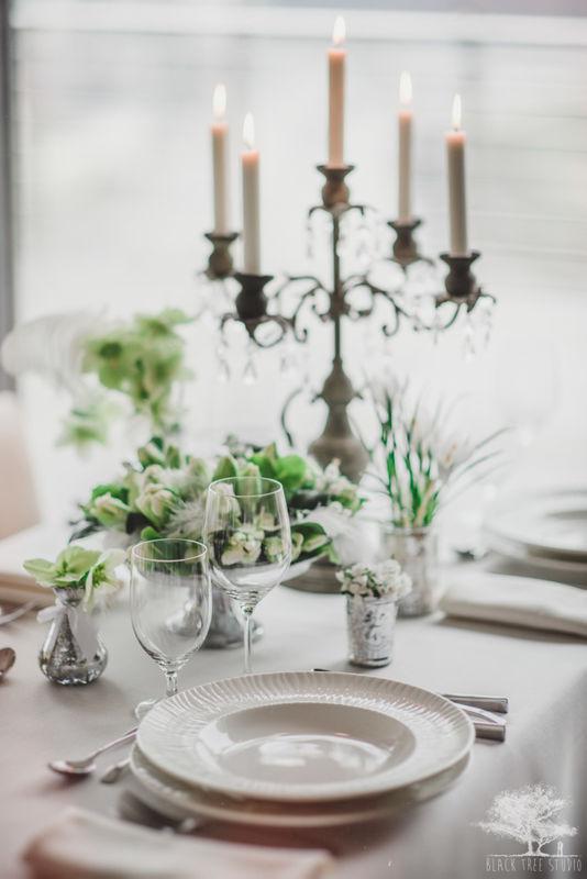 Biała dekoracja stołu weselnego.  produkcja abcslubu.pl, Fot. Black Tree Studio