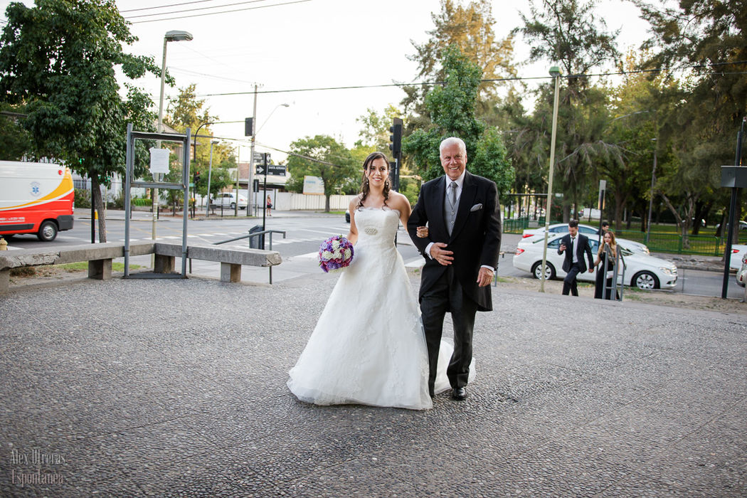 Marta y su padre escoltándola a la entrada de la iglesia