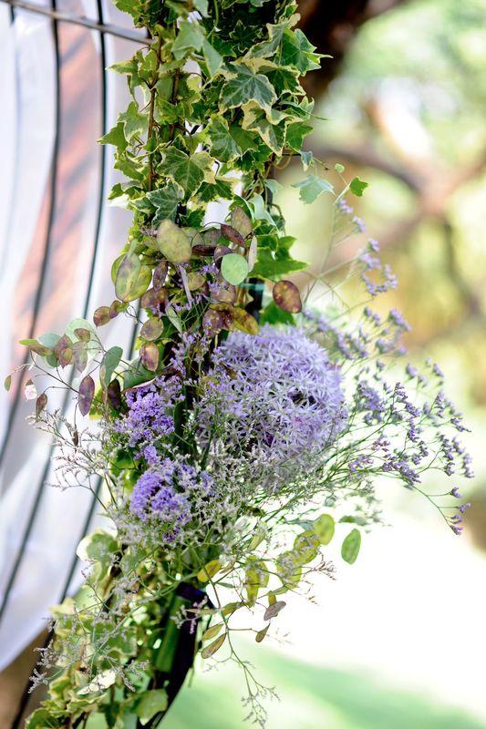 Détail décoration d'arche fleurie.  Création florale Les Fées Nature