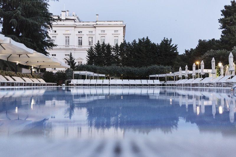 Aperitivo a bordo piscina ,in un prestigioso hotel della capitale